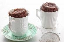 Torta in tazza al microonde con cioccolato, zenzero e cannella